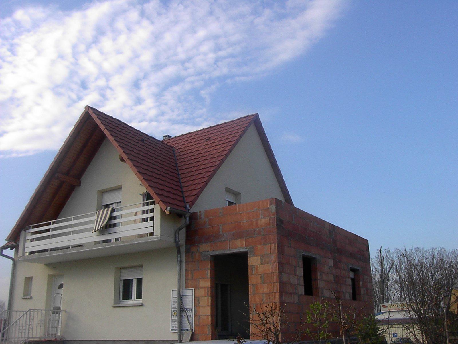R alisation de la charpente et de la couverture d 39 une extension huss couverture for Tuile de maison